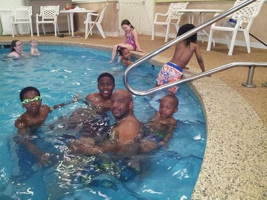 Econo Lodge Wickliffe - Cleveland East: family at the pool