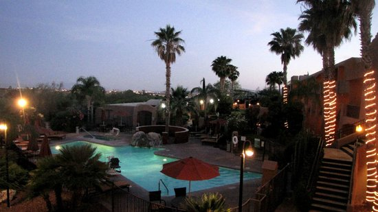 La Posada Lodge and Casitas: Poolside by night