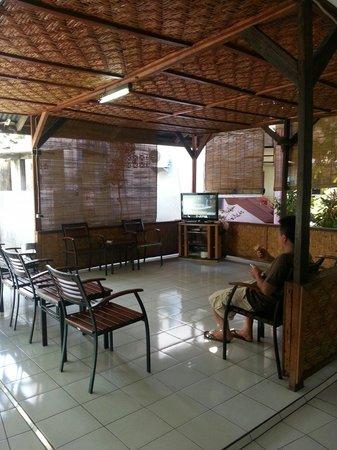Hotel Ikhlas: Living room