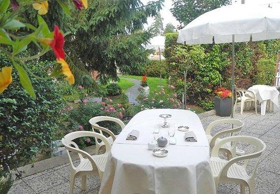 Logis Le Logis de Brionne : hôtel-restaurant le logis à brionne, service en terrasse