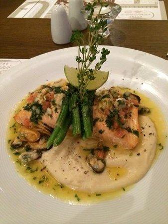 Metropolitan Boutique Hotel: Salmon main course - absolutely delicious!