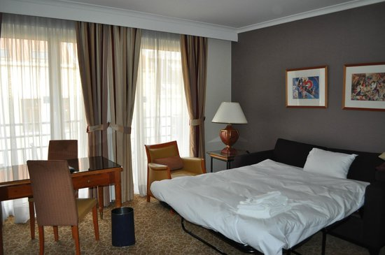 Marriott Executive Apartments Brussels, European Quarter : Living room and roll-away bed