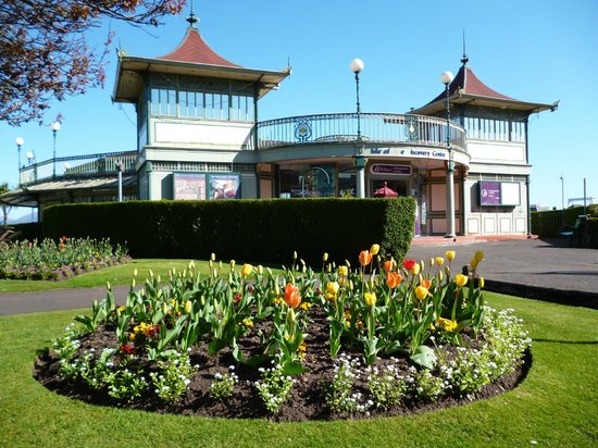 Howards Way Guest House: Information Centre on the Prom.