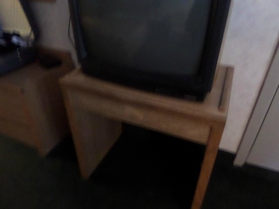 Mountain Heritage Inn: Old TV and TV stand