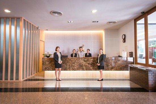 Dynasty Grande Hotel: Receptionist