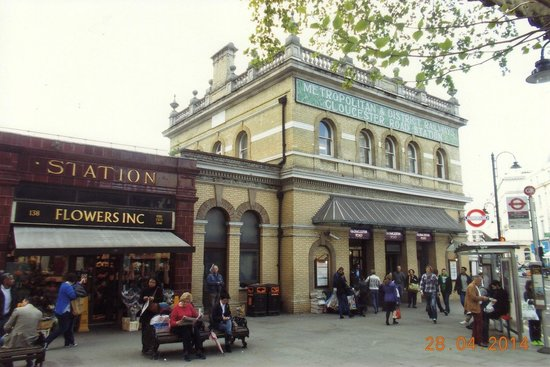 Garfunkel's Restaurant : Garfunkles is to the right of the tube station pictured