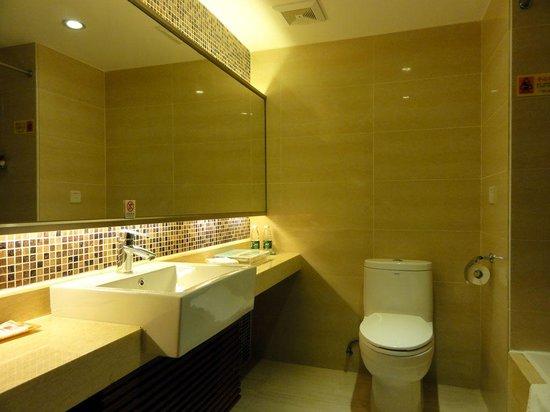 L Hotels (Zhuhai Lianhua): エル ホテルズ(バス・トイレ1)