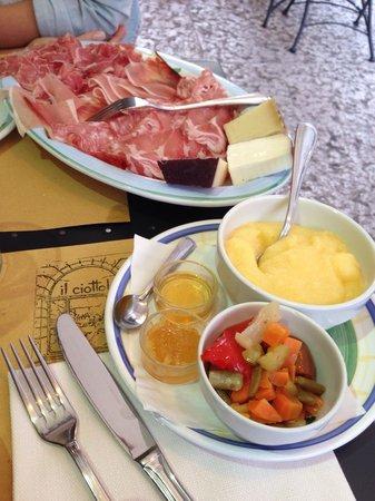 Osteria Il Ciottolo: Antipasto di salumi e formaggi con polenta