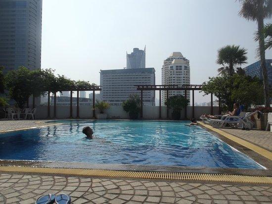 Baiyoke Suite Hotel: Бассейн на 11 этаже