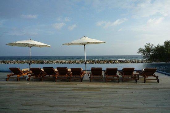 Atmosphere Kanifushi Maldives: Bar og poolområde