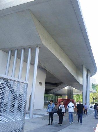 MAXXI - Museo nazionale delle arti del XXI secolo: forma architettonica notevole, dinamica e solo apparentemente semplice.foto cpolidori