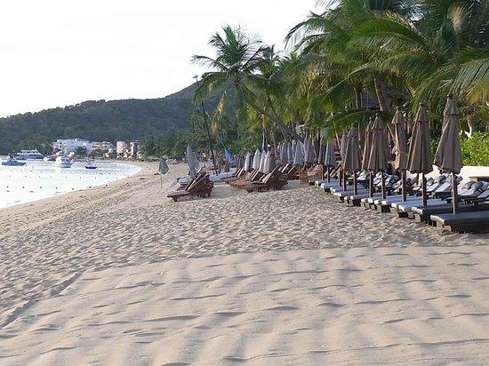 Bo Phut Resort & Spa: der Strand zur rechten Seite ....
