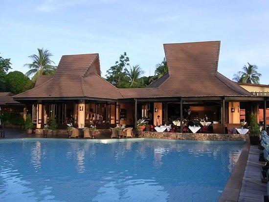 Bo Phut Resort & Spa: Direkt am Pool. Sitzplätze sind innen und außen ....