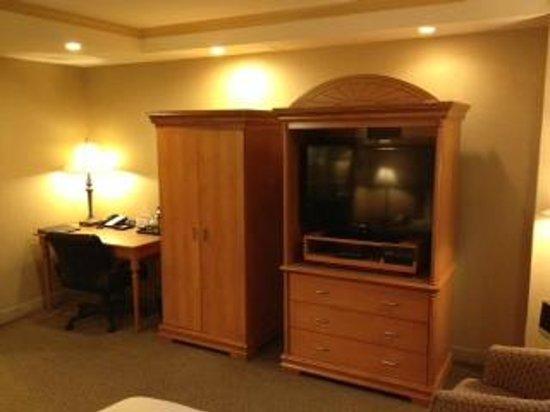 Ambassador Hotel: TV & Closet
