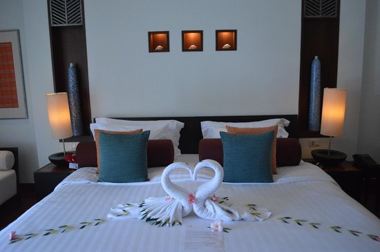 Mai Samui Resort & Spa: decorated bed