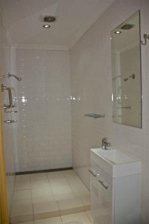 Church Street Apartment: Spacious bathroom