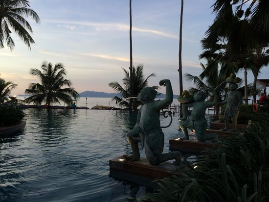 Anantara Bophut Koh Samui Resort : Monkeys by the pool