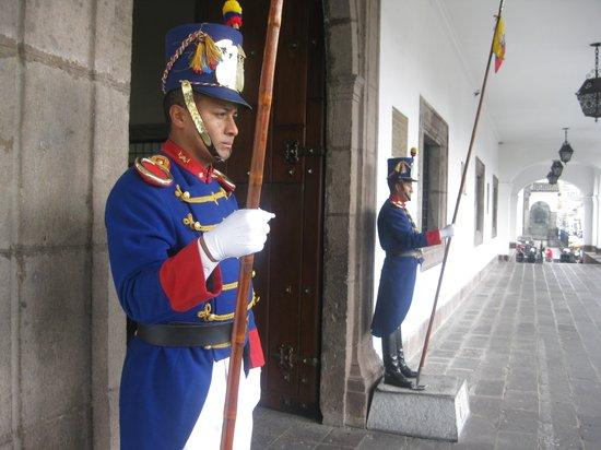 Palais du Gouvernement de l'Équateur : Guards at the Presidential Palace