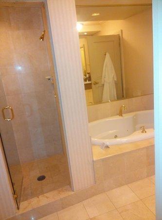 JW Marriott Las Vegas Resort & Spa: Huge bathroom