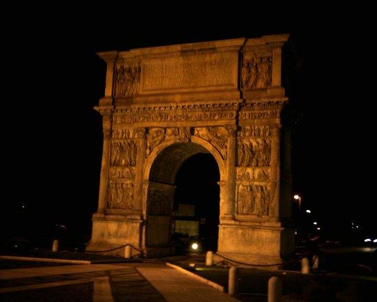 Arco di Traiano : Vista di notte