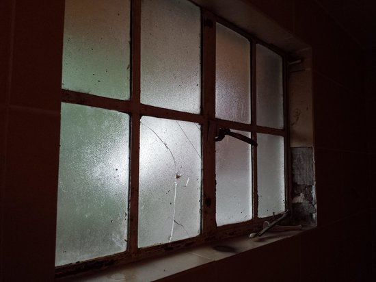 PrideInn Hotel Raphta: bathroom windows broken