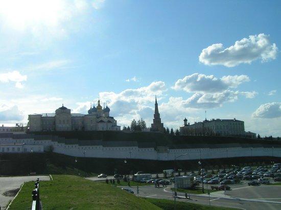 Leaning Suyumbike Tower: Вид на башню и Кремль с ул. Большая Красная