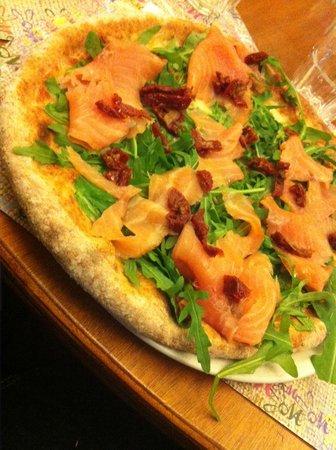 Osteria Pizzeria Margherita: Pizza integrale con salmone e pomodorini secchi (molto buona)