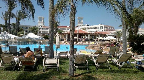Olympic Lagoon Resort: Вид на главный бассейн