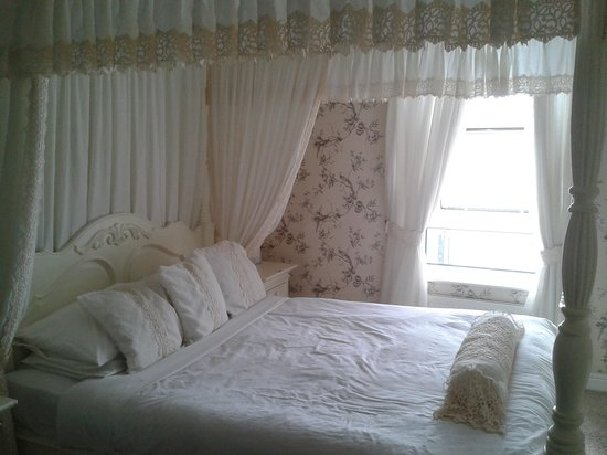 Tiffany's Hotel Blackpool: the four poster bed