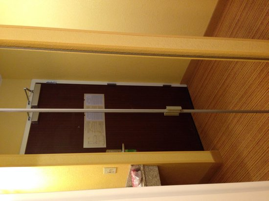 Courtyard Nashville Vanderbilt/West End: Storage/coat closet (offers luggage rack, hair dryer, etc.)
