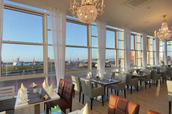 Hotel Fährhaus: Restaurant  mit Hafenblick