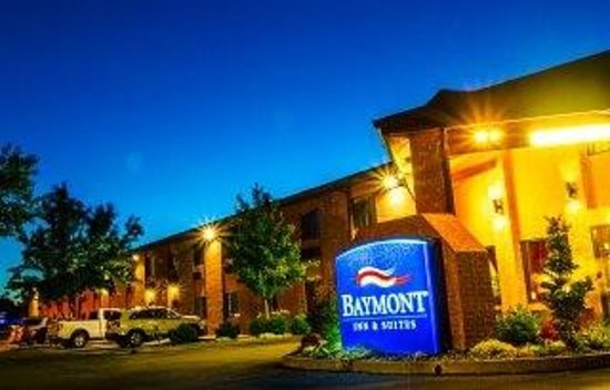 Baymont Inn & Suites Anderson: Night view