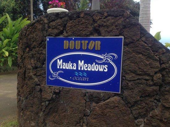 Mauka Meadows : 駐車場から正面玄関の目印