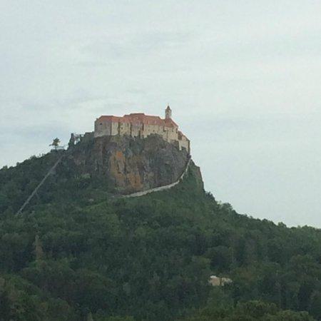 Genusshotel Riegersburg: Utsikt mot slottet