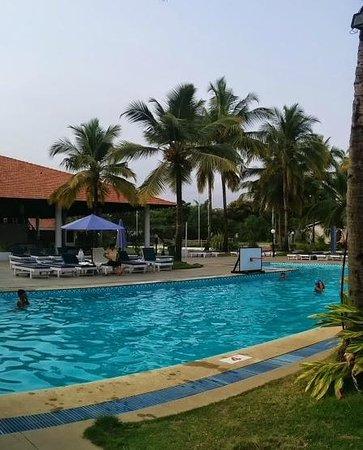Dona Sylvia Beach Resort: Poolside