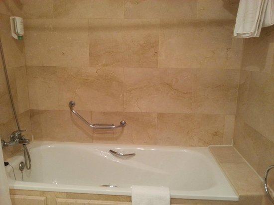 Osuna Hotel: bath