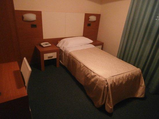 Hotel Santa Chiara: SIngle bed in plenty of space