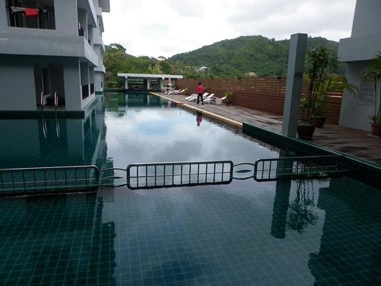Casa Del M, Patong Beach: Balcony with day bed and pool access