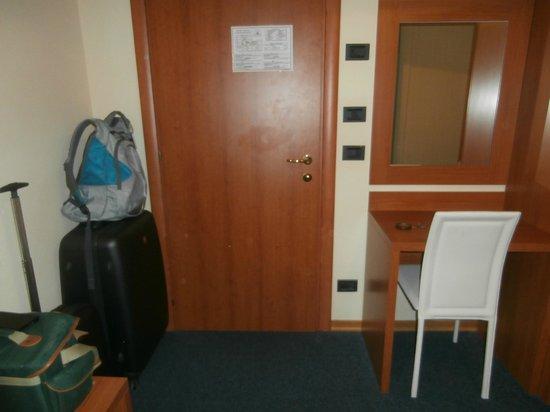 Hotel Santa Chiara: Desk and door