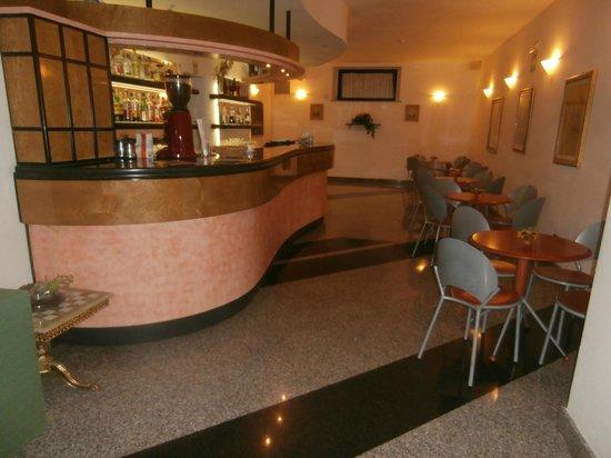 Hotel Santa Chiara: The bar area