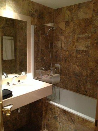 Régent Contades : Shower and Tub