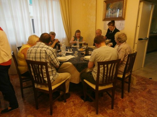 Hotel Santa Chiara: Serving with a smile