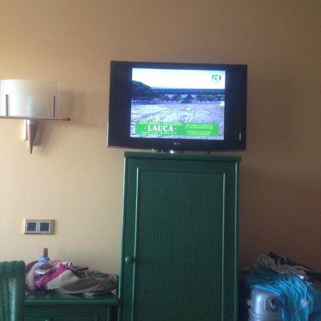 Playaballena Spa Hotel: Televisor  y nevera en la habitación
