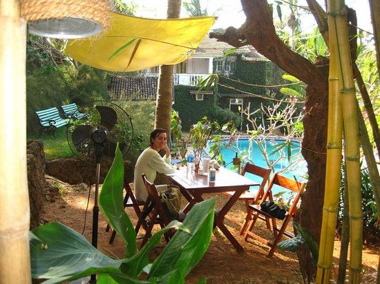 Cavala Seaside Resort: Late lunch on a live retro music afternoon at Banana Republic_Feb 2011