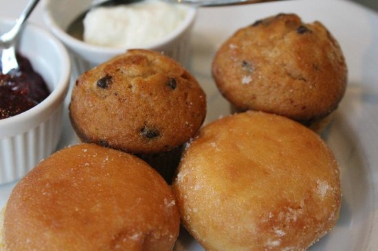 Restaurant & Bar Lof: High Tea: muffins and caramel beignets