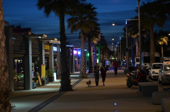 Hotel Les Dunes : Marseillan plage by night