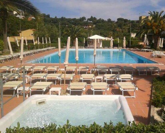 Le Acacie Hotel & Residence: vasca idromassaggio - Piscina
