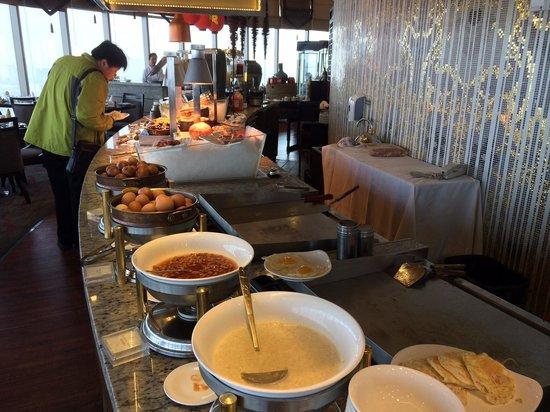 Sofitel Jinan Silver Plaza: Drehrestaurant