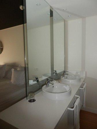 Barcelo Sants : Dual washbasins