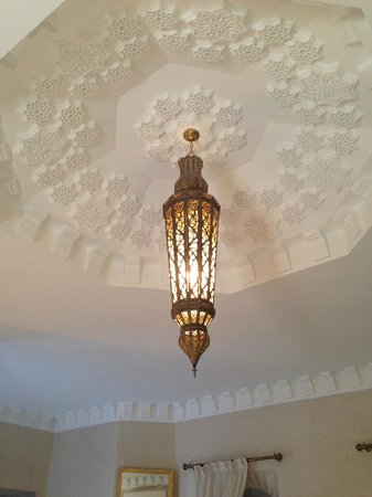 Ksar Anika: Lovely ceiling light in the centre of the room